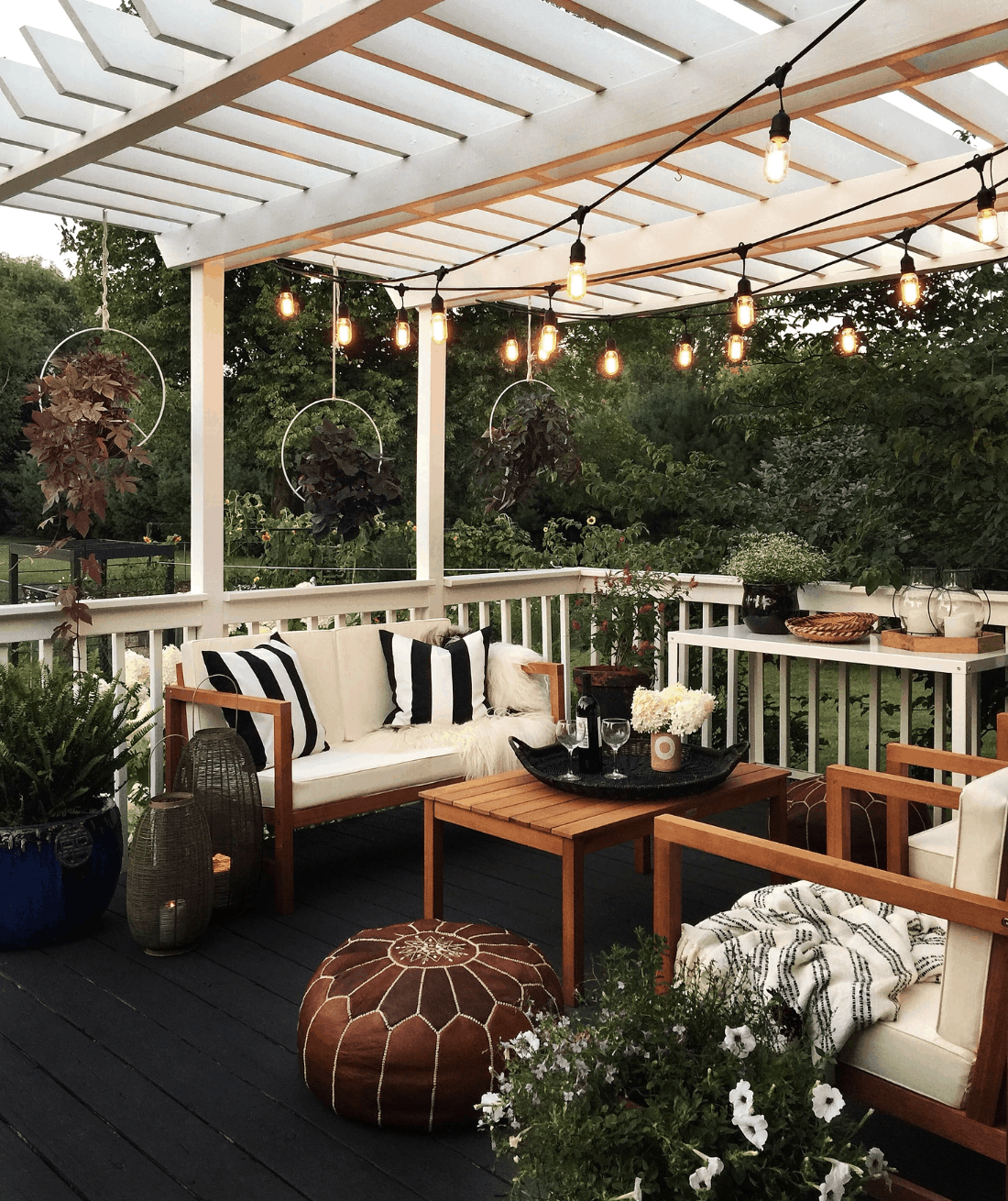 BLACK-WHITE-OUTDOOR-DECOR
