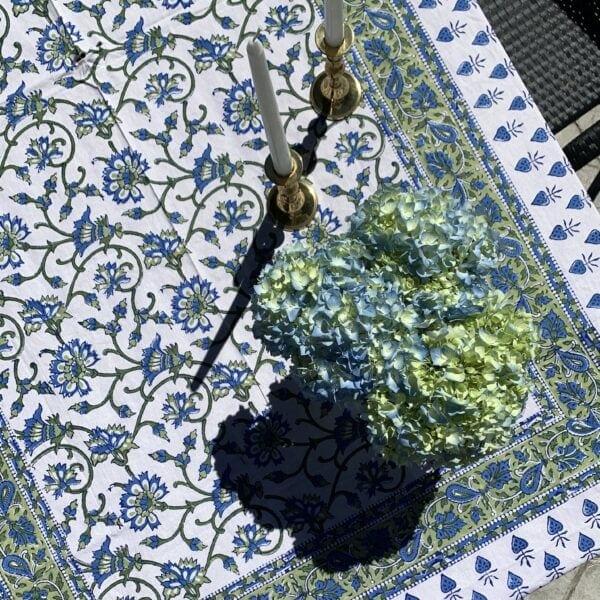 entertaining-tips-traditional-linen-tablecloth-hydrangeas