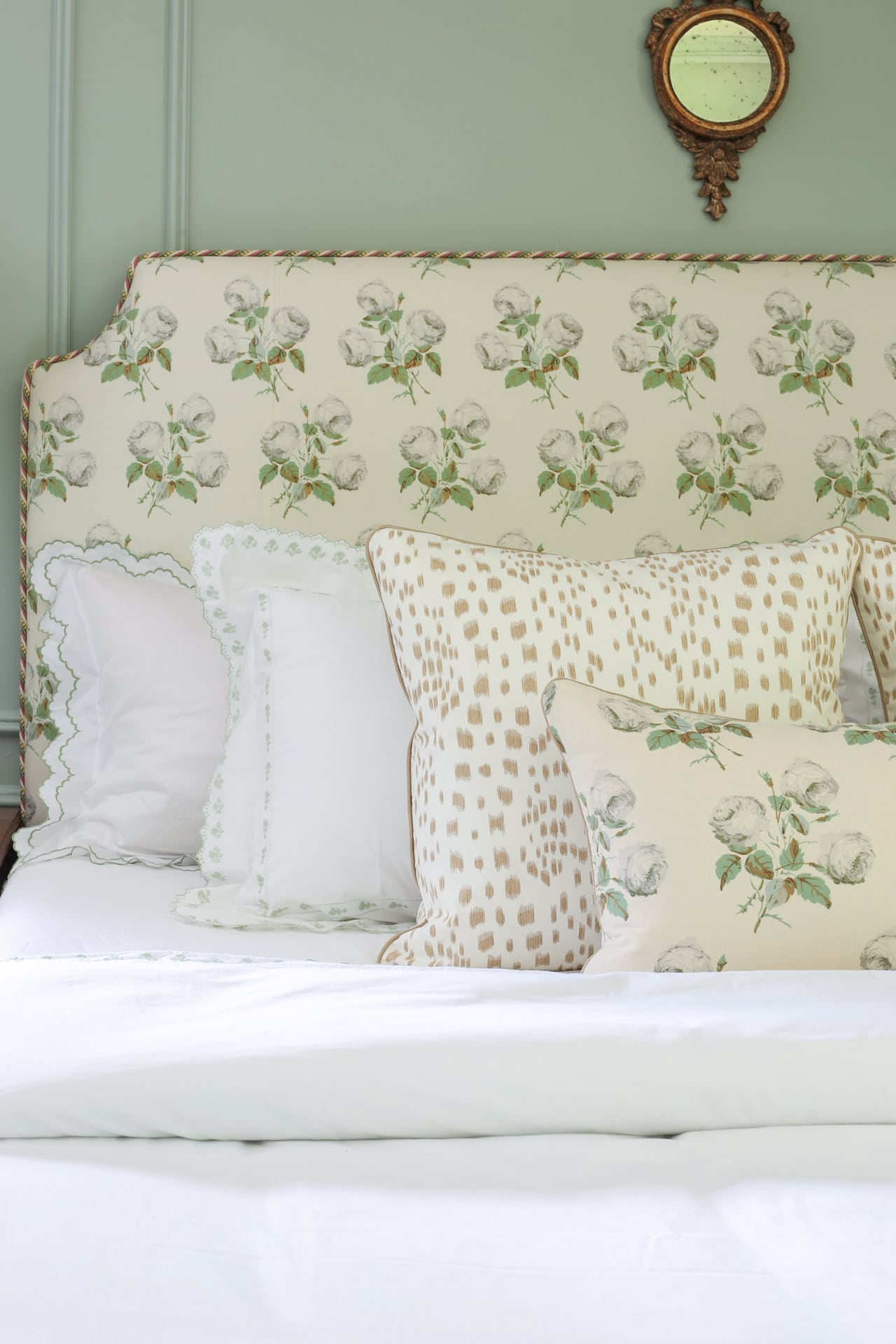 grandmillennial-design-traditional-bedroom-style-bowood-les-touches